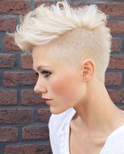 Taglio capelli corto donna punk rock rasati ai lati
